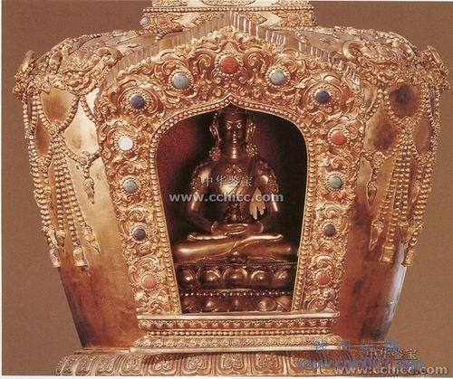 满刻花纹的三层圆形坛城,镶嵌各种宝石.